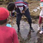 201807134校の小学校児童が磯遊びで交流 (5)